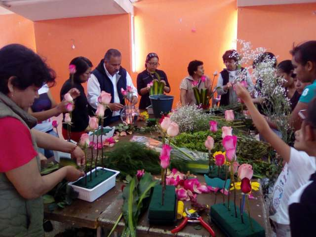 MC pone en marcha Taller de arreglos florales, beneficiará a mujeres de Ixtacuixtla