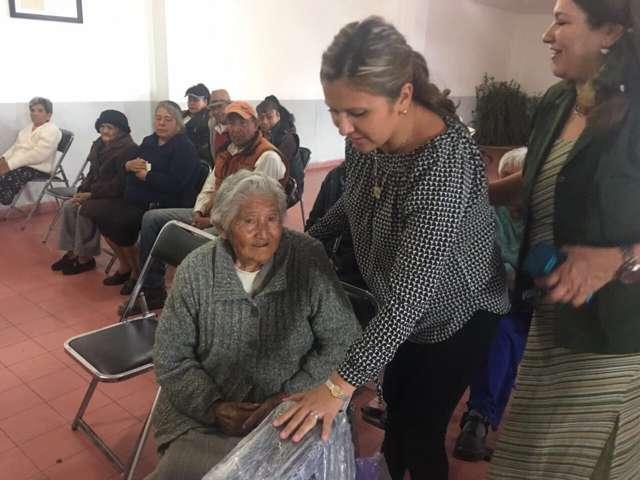 Entrega Smdif de Apizaco sillas de ruedas a adultos mayores