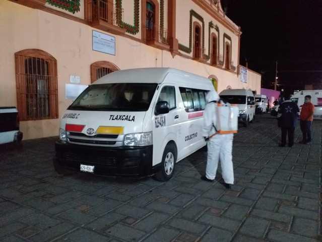 Se realiza limpieza de unidades de transporte de Santa Cruz Tlaxcala