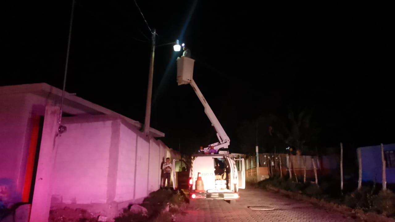 Realizan mantenimiento nocturno de alumbrado en Tetla