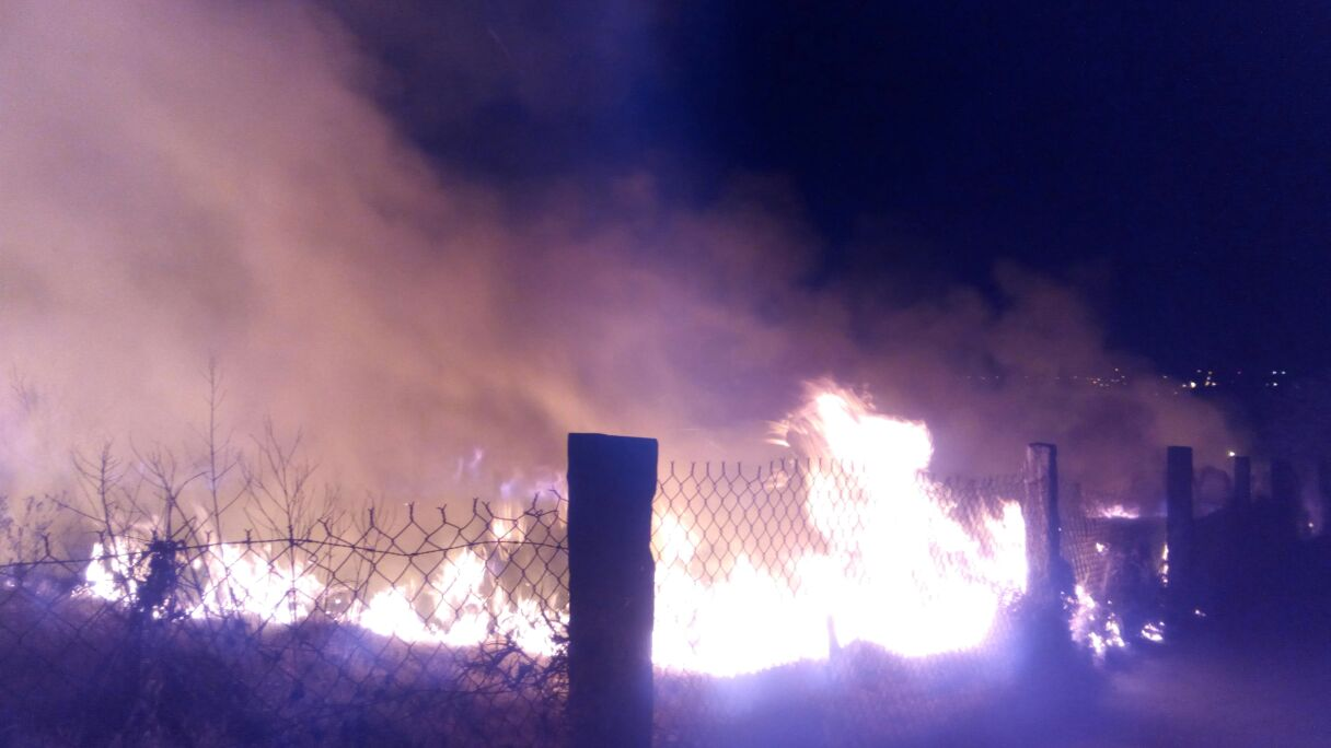 Incendio amenaza con alcanzar bodega de centro comercial