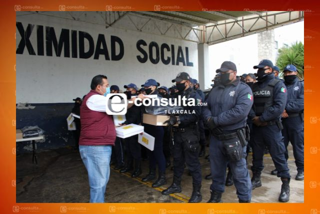 Presidente de Tzompantepec entrega uniformes y equipo a elementos de seguridad pública
