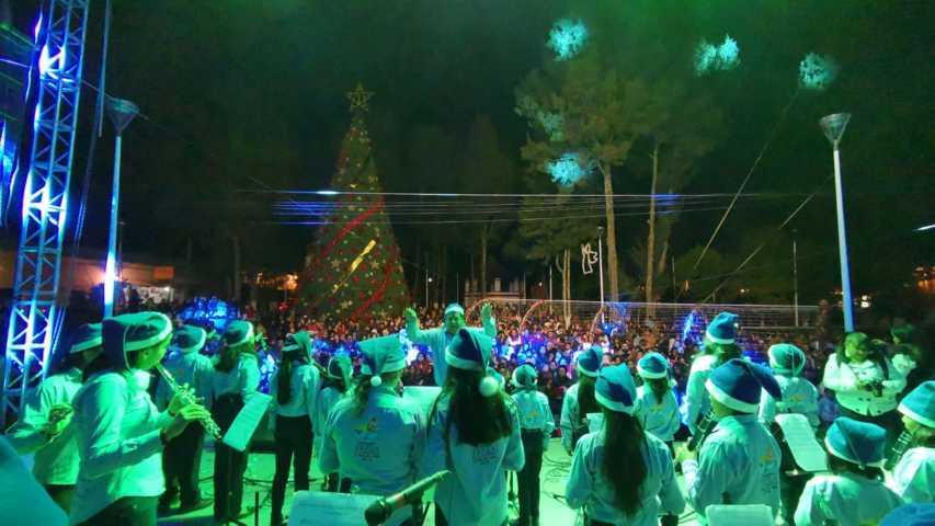Alcalde impulsa las tradiciones navideñas con el encendido del árbol y un desfile