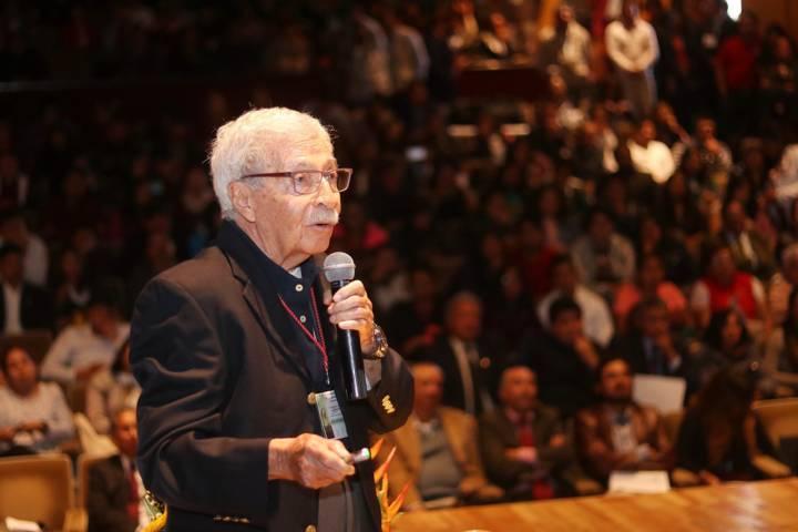 Disertó en la UATx el reconocido biólogo Juan Luis Cifuentes
