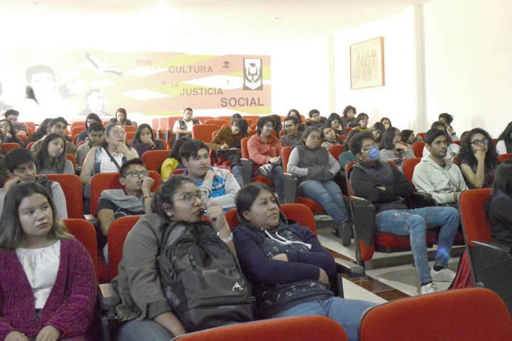 Dialoga Guillermo Serrano sobre creación, entorno y comunidad
