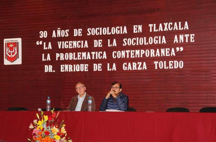 Presentan conferencia magistral en la UAT