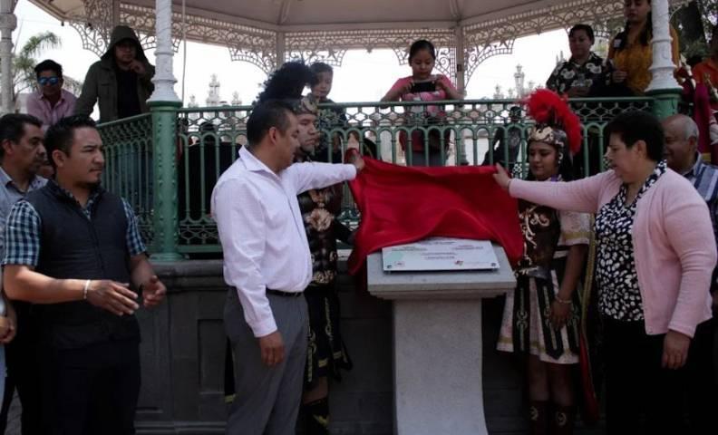 Hector Dominguez devela placa por el 65 Aniversario del primer grupo de alabarderos y guardia real