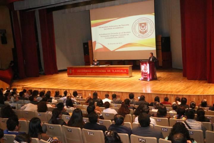 Actualizan a docentes en aspectos fundamentales del Modelo educativo de la UATx