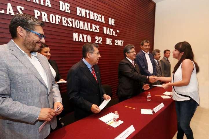Entrega rector de la UAT 150 cédulas profesionales a egresados