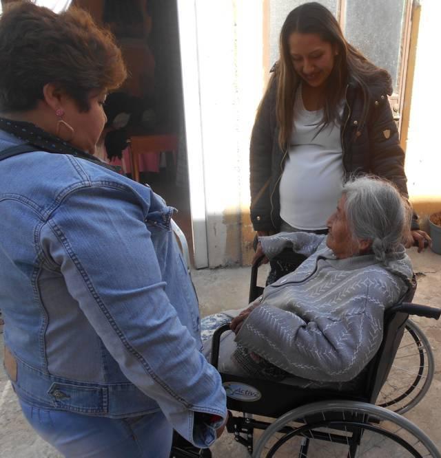 SMDIF entrega sillas de ruedas a personas de la tercera edad