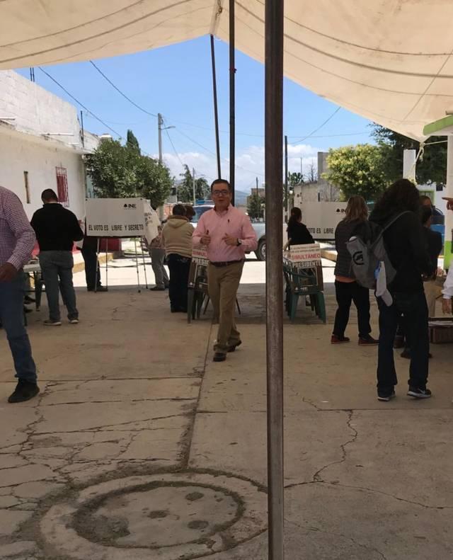 El Diputado priista Ricardo García emite su voto en la CDMX