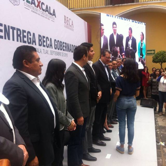 """28 jóvenes tlaxcaltecas recibieron la """"Beca Gobernador"""""""