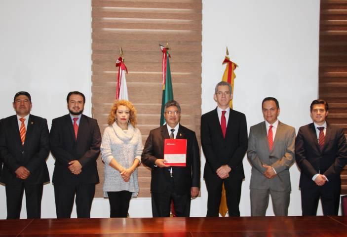 Recibió UAT becas por parte de Banco Santander