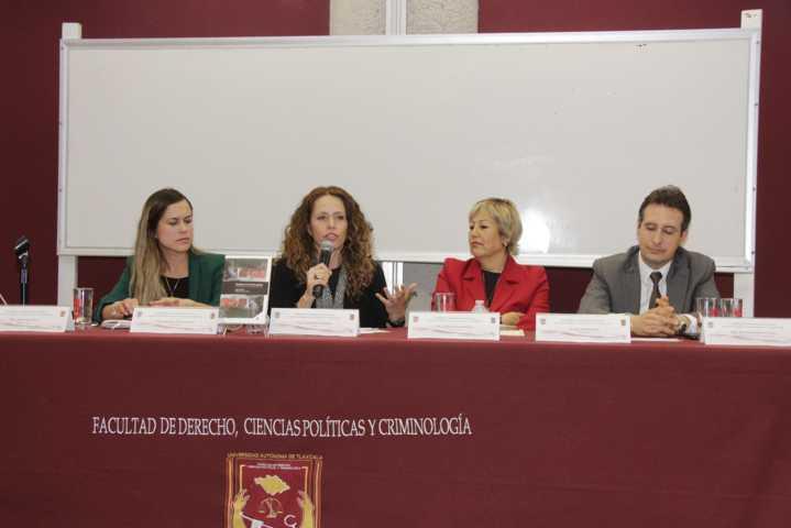 """Comentan en la UATx el libro """"El género en la ley penal"""""""