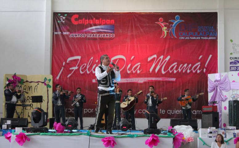Alcalde festejo a más de 6 mil mamás con rifa y regalos