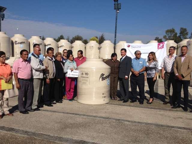Entrega Anabell Ávalos cisternas y tinacos de bajo costo a familias