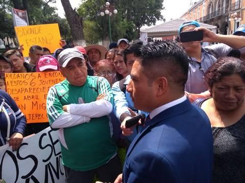 No pudo con los 43 de Ayotzinapa y le exigen encuentre a cinco de Tlaxcala