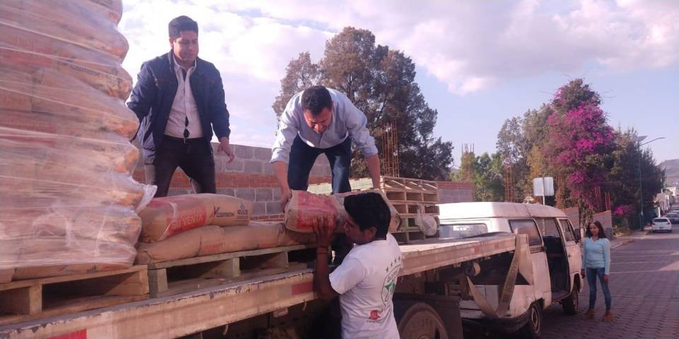 Entrega comuna capitalina 32 toneladas de cemento para mejoramiento de vivienda
