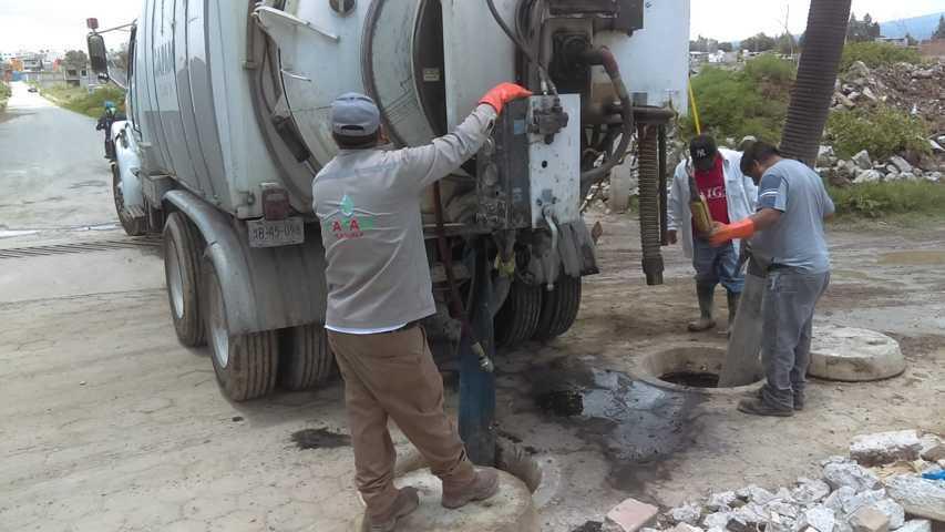 Desazolvan drenaje sanitario en calle Galeana de Ocotlán