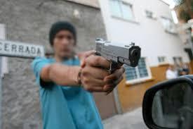 A punta de pistola atracan ferretería en Papalotla