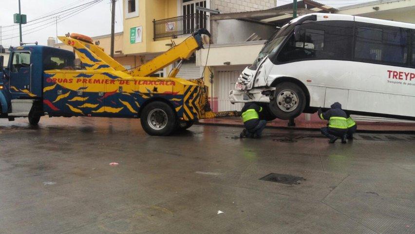Chocan dos transportes de personal en Contla