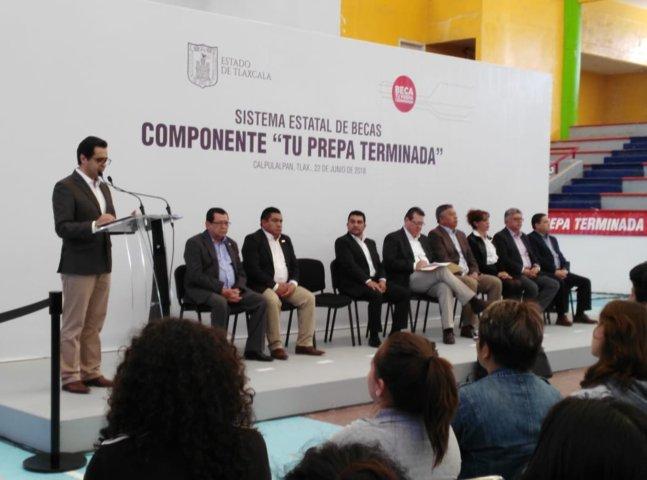 """400 jóvenes beneficiados del poniente del Estado reciben beca """"Tu prepa terminada"""""""