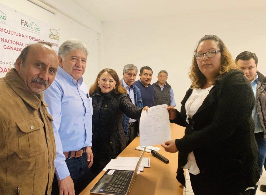 Presente Diputada Federal en el pago de indemnizaciones a ganaderos de Xaloztoc