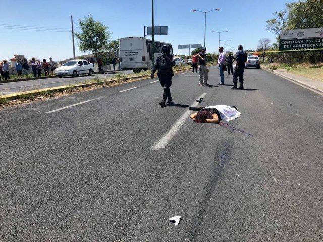 Motociclista atropella a dos mujeres, una de ellas muere