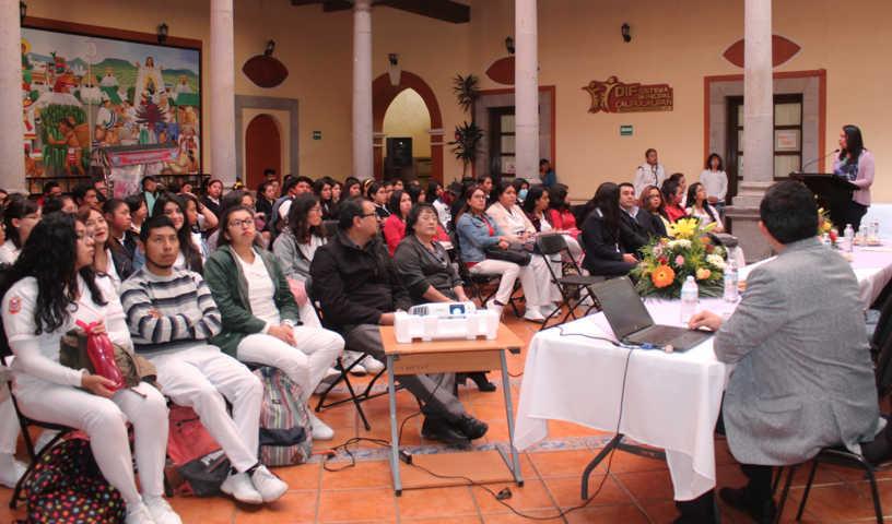 Alcalde motiva a los jóvenes a no desanimarse en sus estudios y cumplir sus metas