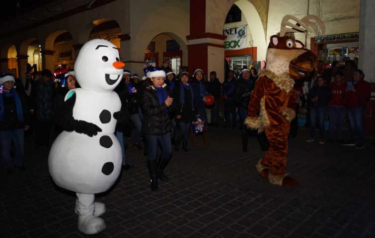 Alcalde de Calpulalpan realizo el encendido del monumental Árbol de Navidad