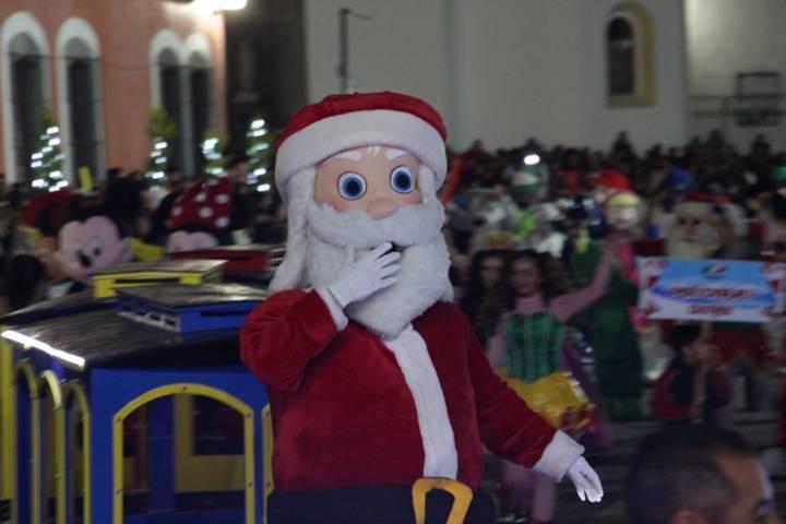 La magia de la navidad llego con un desfile y el encendido del árbol Navideño