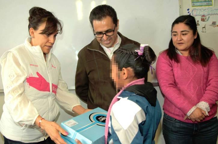 Entrega gobierno del estado calzado a infantes del albergue La Casa de los Niños de Todos