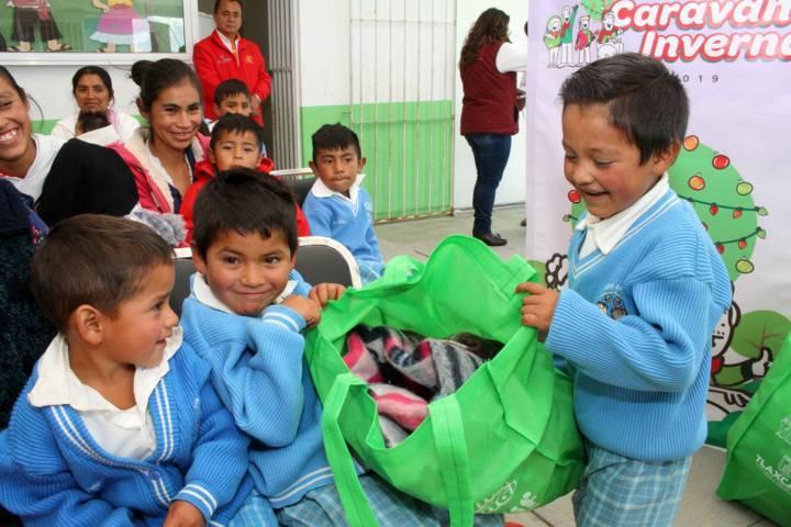 Inicia Sandra Chávez entrega de prendas de invierno a estudiantes