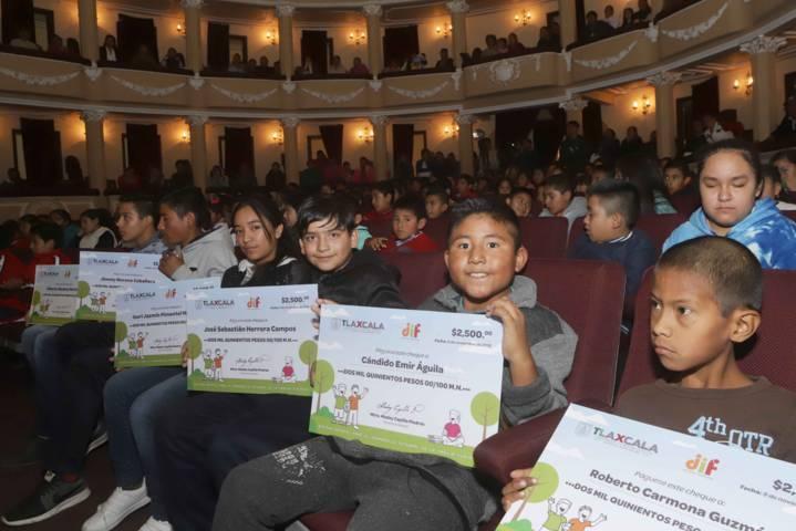 Entrega Sandra Chávez apoyos compensatorios para prevenir el trabajo infantil