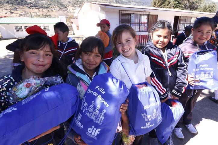"""Reciben menores de Tlaxco y Atlangatepec regalos de la """"Caravana De Reyes"""""""
