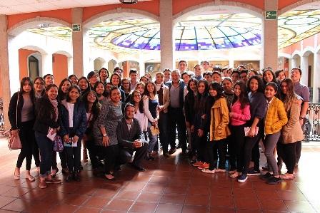 Amaro Corona recibe a  estudiante de la Iberoamericana