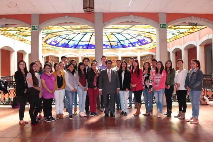 Entrega Héctor Ortiz fondo de becas a estudiantes universitarios