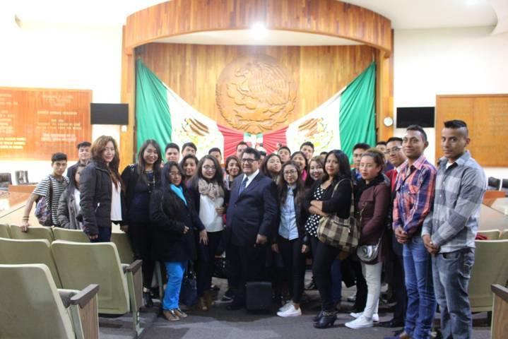 Héctor Ortiz recibió a jóvenes de la UAT en el Congreso