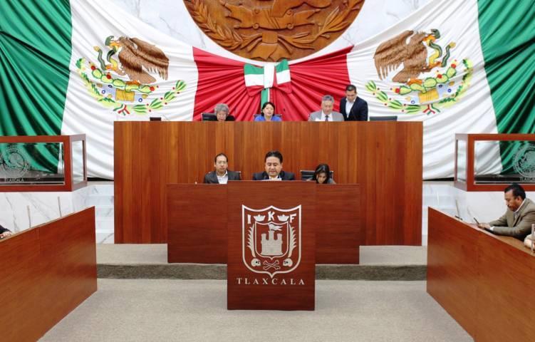 Cesar Fredy da lectura a iniciativa para adecuar ley de obras públicas de Tlaxcala