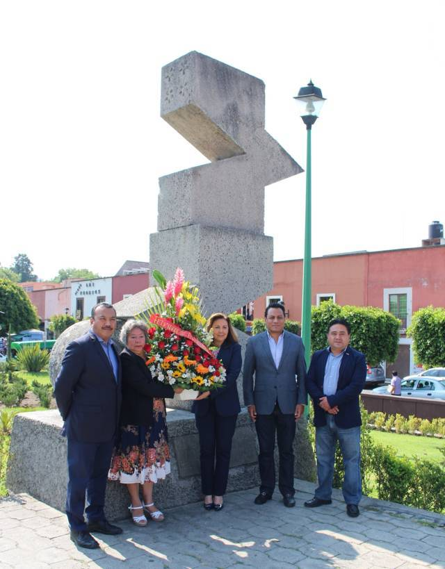 Colocan ofrenda floral en el monumento A la Mujer de la Plaza Juárez