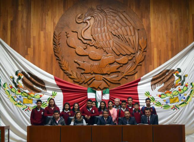 Arnulfo Arévalo recibe a estudiantes de la ESMAD de Altzayanca