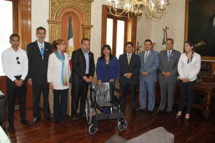 Recibe Anabell Ávalos donación de 10 sillas de ruedas del Club Rotario
