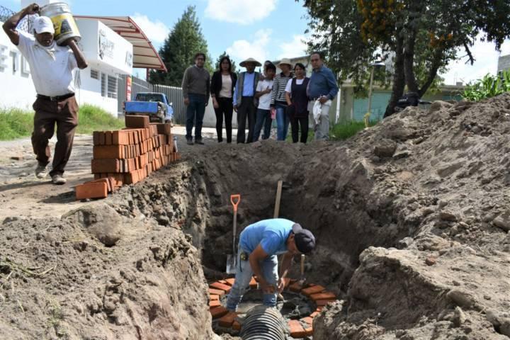 Alcalde supervisa construcción de drenaje en la 1ra sección