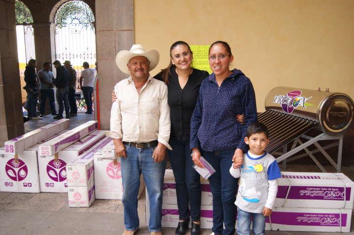 Inicia Tlaxco entrega de calentadores y tinacos a familias de ingresos menores