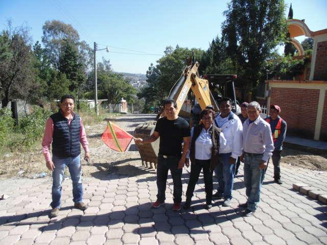 Inició Carlos Luna Vázquez pavimentación de la calle turística, segunda etapa, en Amaxac