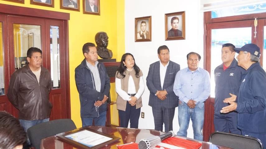 Alcalde Municipal entrega reconocimiento a ex atleta Adán González; en SPM