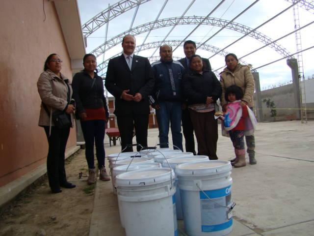 Donan legisladores federales del PAN pintura a escuela bilingüe de Tlaltelulco