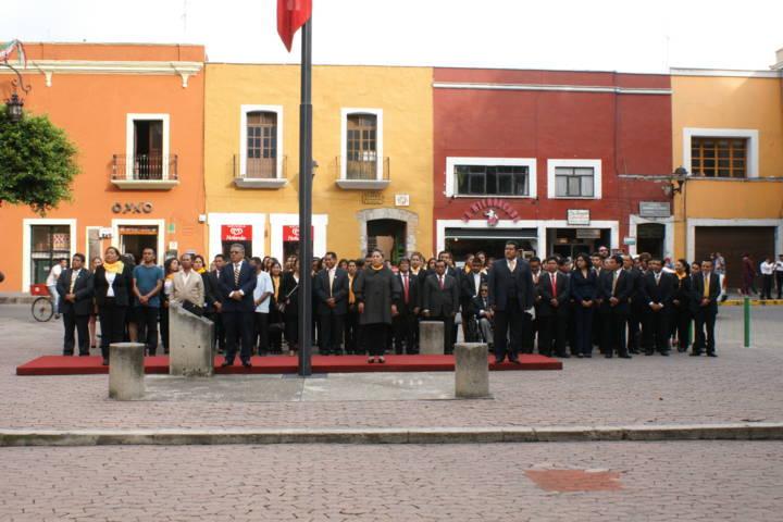 Encabeza Miguel Muñoz Reyes honores a la bandera en la Plaza de la Constitución