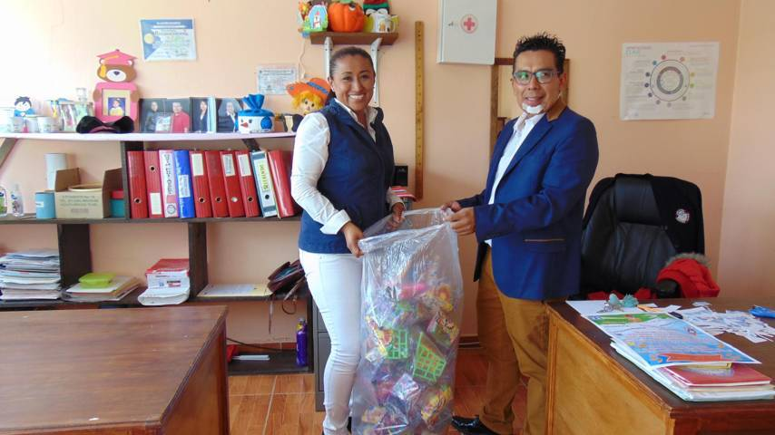 Carin Molina entrega juguetes a instituciones educativas del municipio