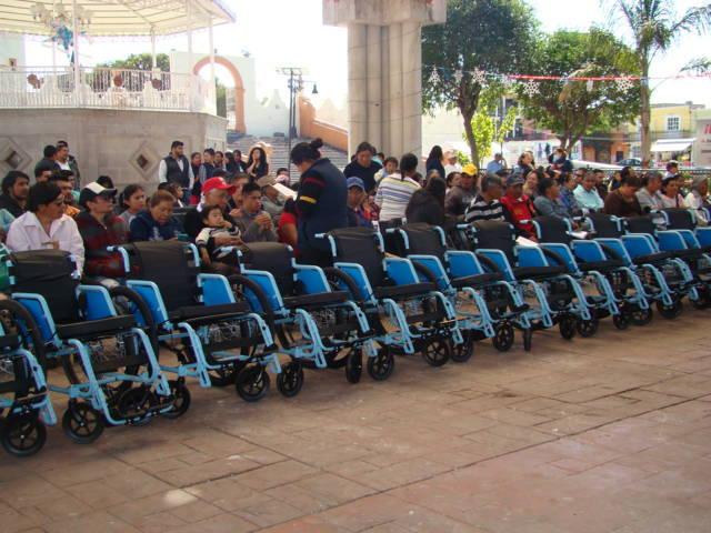 Entregan legisladores del PAN 30 sillas de ruedas en Contla